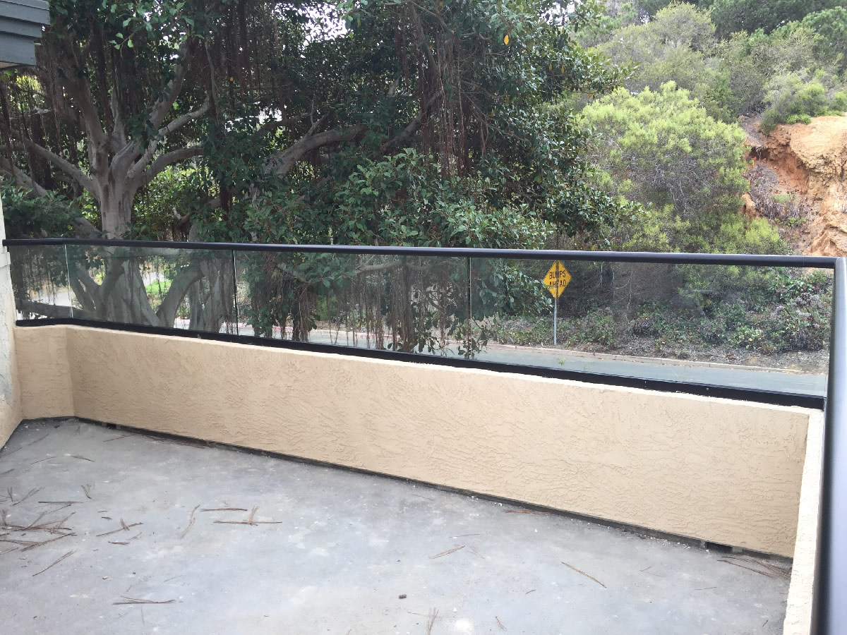 Patio glass railing del mar patriot glass and mirror for Low balcony wall